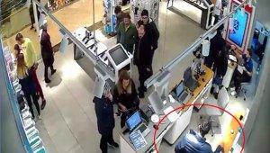 AVM'deki telefon hırsızlığı kamerada