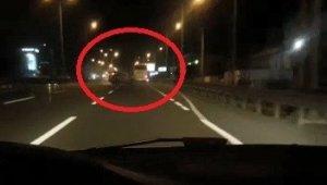 Cep telefonu ile yolda video çekerken, önündeki kazayı görüntülendi