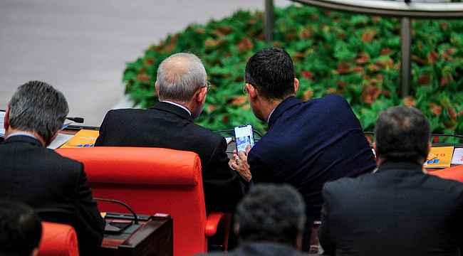 CHP'li Özel'in, Kılıçdaroğlu'na gösterdiği fotoğraflar merak uyandırdı