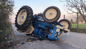 Devrilen traktörün altında kalan sürücü yaralandı