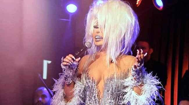 Diva, sahnede göbek atarak kendinden geçti