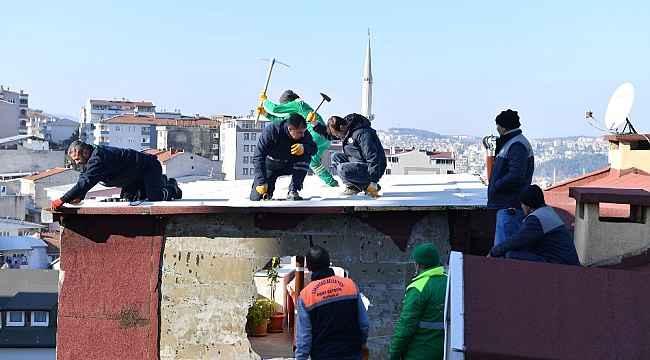 Ev sahibi kapıyı açmadı ekipler çatıdan atladı - Bursa Haberleri