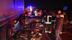 Feci trafik kazası: Otomobil tır'ın altına girdi:1 ölü