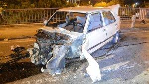 Feci trafik kazası! Trafik ışıklarına ve bariyerlere çarpan otomobil hurdaya döndü: 2 yaralı