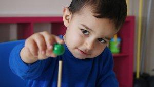 işitme engelli Ensar biyonik kulakla duymaya, eğitimle konuşmaya başladı