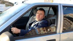 Kendisine ceza yazdırmak için 1 saat trafik polisi aradı