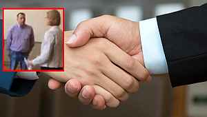 Kendisine el uzatan siyasetçinin elini sıkmadığı için dava edildi
