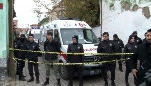 Konya'da iki katlı kerpiç ev göçtü... 2'si çocuk 3 kişi hayatını kaybetti