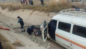 Minibüsün kanala düştüğü kazada ağır yaralanan kadın hayatını kaybetti