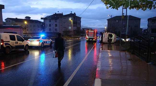 Okul servisi ile otomobil çarpıştı: 3 yaralı