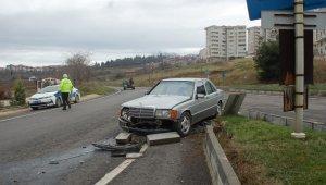 Otomobiliyle refüje çarpan 73 yaşındaki sürücü yaralandı