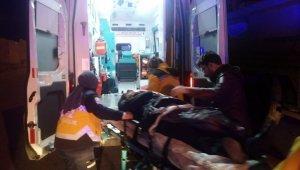Park halinde bulunan kamyona çarptı, 1'i ağır, 2 yaralı