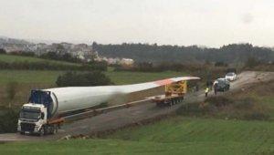 Rüzgar türbininin kanadını taşıyan tır devrildi, yol trafiğe kapandı