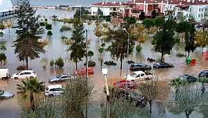 Sağanak yağmur ve fırtına sonrası yollar göle döndü: Meteoroloji hem uyardı hem tarih verdi!