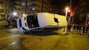 Servis minibüsü ile yolcu otobüsü çarpıştı: 5 yaralı