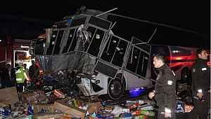 Feci trafik kazası: Otobüs ile TIR çarpıştı: 2 ölü, 35 yaralı
