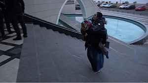 Tekerlekli sandalyesi olmayan oğlunu sırtında taşıyarak getirdi