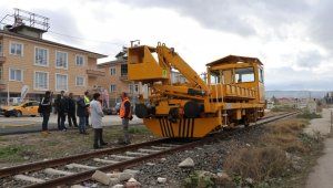 Tren çekicisi raylardan geçen kadına çarptı: 1 ölü
