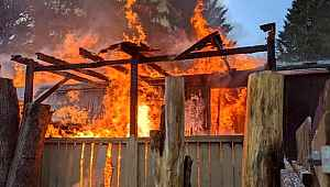 Üç yaşındaki çocuğunu elleri bağlı halde yanan evde bıraktı