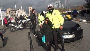 Üşüyen Suriyeli minik kıza polis şefkati