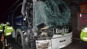 Yolcu otobüsü kamyona çarptı; 2'si ağır kişi 6 yaralı