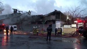 Zeytinburnu'nda yanan fabrikada kontrollü yıkım başladı