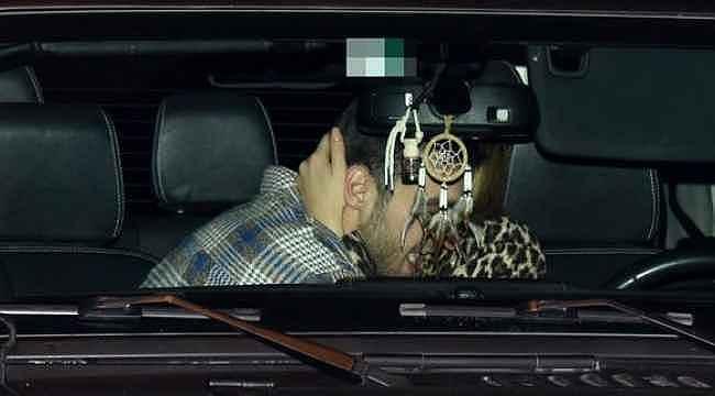 Arabada aşka gelen ünlü çift, kimseye aldırmadan dakikalarca öpüştü