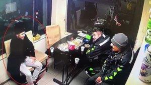 Benzin istasyonunda görevlilerle şakalaşan polis, ardından kafasına sıktı