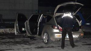 Bir garip olay! Seyir halindeki araçta silahla kazara kendini vurdu