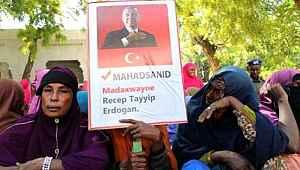 Bir ülke daha ayakta... Erdoğan posteriyle gösteri düzenlediler