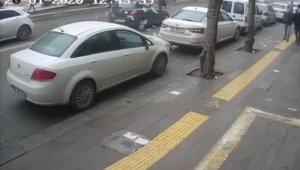 Cezayı engellemek için koştu, Otomobil çarpınca paralar yola saçıldı