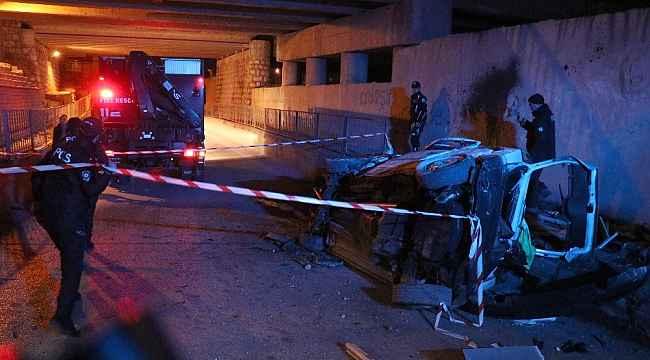 Dehşete düşüren kaza: Köprüden uçan otomobil duvara çarpıp hurdaya döndü: 2 ölü