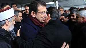 Ekrem İmamoğlu, siyasi rakibi Tevfik Göksu'nun acı gününde sarılarak başsağlığı diledi