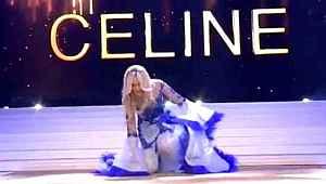 Güzellik kraliçesi platformda tökezledi, sütyeninin düştüğünü fark etmedi