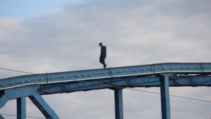 İntihar etmek istedi, üşüyünce köprüde yürüyüş yaptı