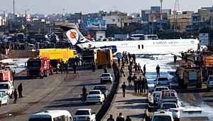İran'da yolcu uçağı pistten çıkarak kara yoluna girdi