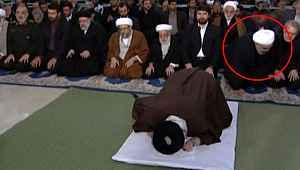 İran'ın lideri Hamaney'in kıldırdığı Cuma Namazında Cumhurbaşkanı Ruhani'nin hareketi damga vurdu!