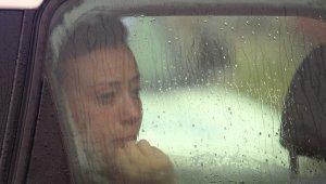 Kadın öğretmen aracıyla suda mahsur kalınca büyük panik yaşadı