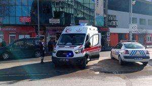 Küçük çocuk arkadaşını Valilik önünde çakıyla yaraladı
