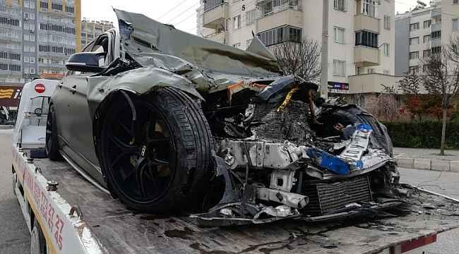 Lüks otomobil ile halk otobüsü çarpıştı: 1 ölü, 7 yaralı