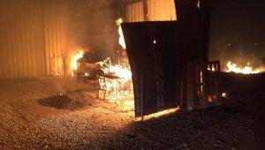 Mobilya deposundaki yangın büyümeden söndürüldü