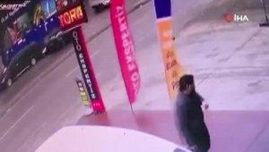 Otomobil sürücüsü 3 araca çarpıp böyle kaçtı