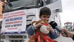 Peluş oyuncağını depremzede çocuklara gönderip arkasından el salladı