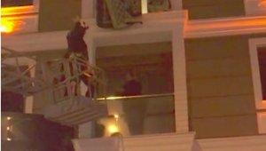 Polisin kumar baskınında panikledi, balkonda mahsur kaldı
