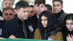 Şarkıcı İzzet Yıldızhan'ın annesi toprağa verildi