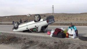 Tekeri kopan otomobil ters devrildi: 2 yaralı