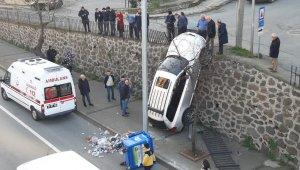 Trabzon'da ilginç kaza: duvarda asılı kaldı