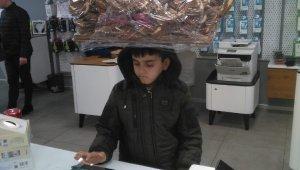 Türkiye'nin konuştuğu simitçi çocuğa cep telefonu hediye edildi