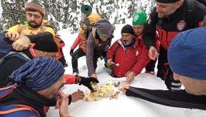 Uludağ'ın zirvesinde kar helvası yapıp yediler - Bursa Haberleri