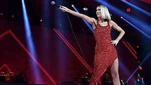 Ünlü şarkıcı, annesinin ölüm haberini aldıktan sonra konser verdi